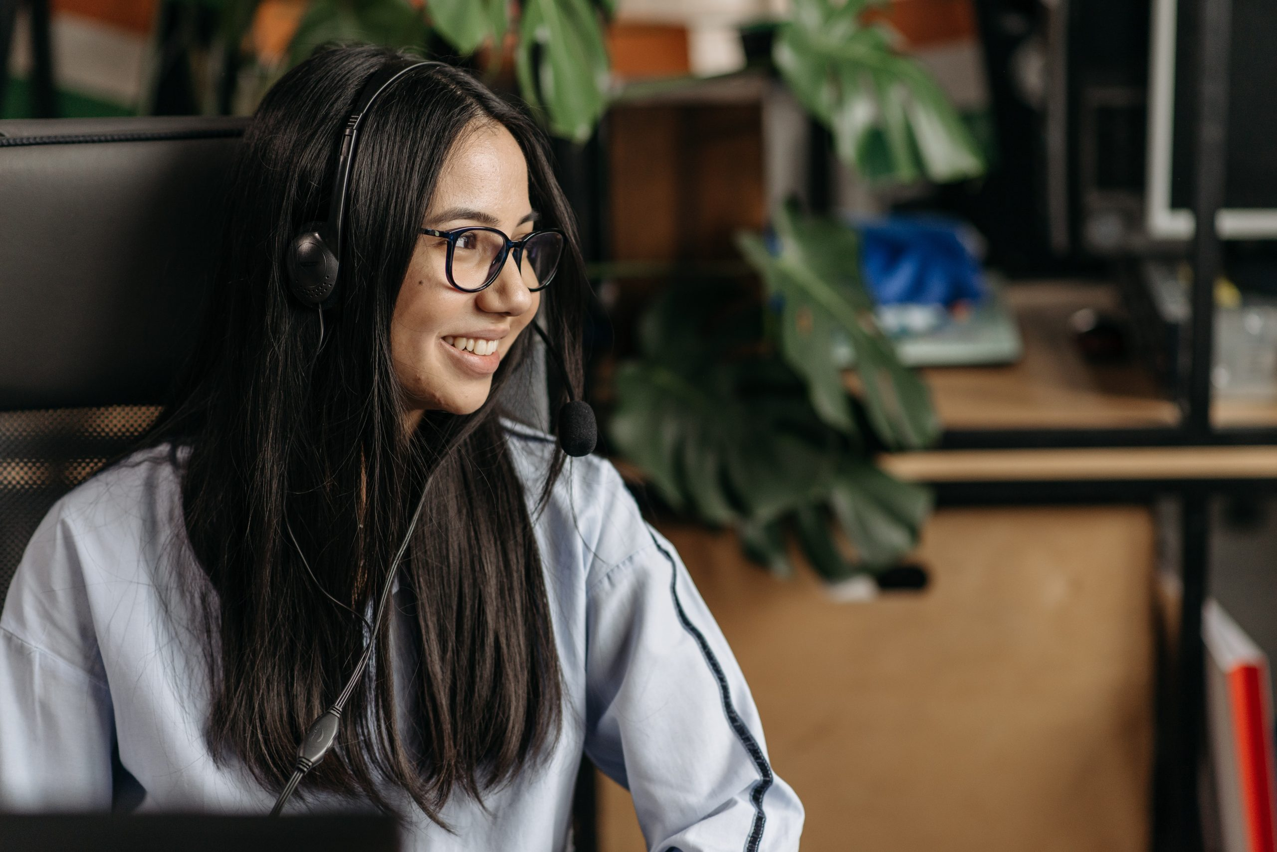 female remote employee who is capable of live chat support outsourcing